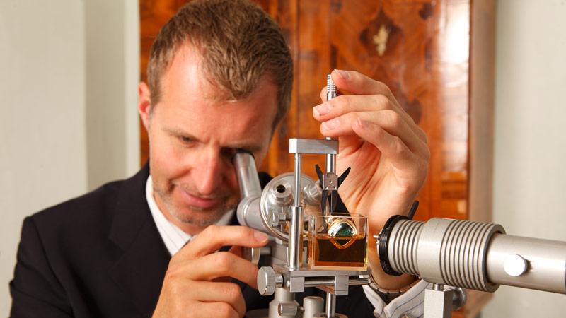 Juwelier Jens Bahr begutachtet Schmuckgegenstände