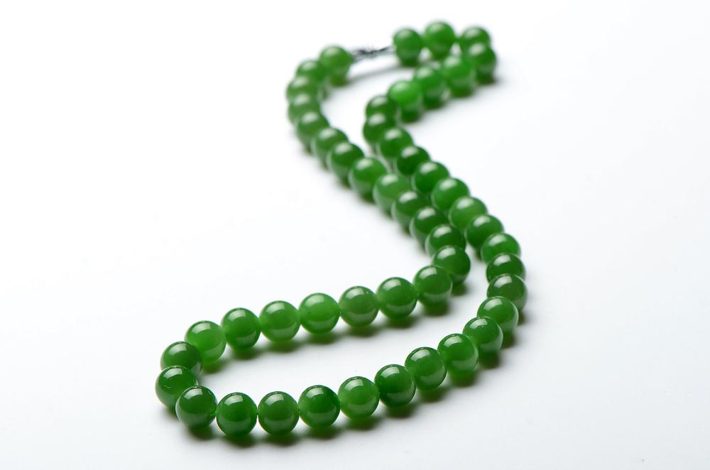 Eine Kette aus grünen Jade-Perlen