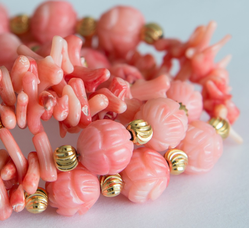 Rote Korallenkette mit goldenen Elementen