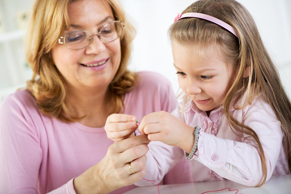 Mutter schenkt Tochter ein Schmuckstück
