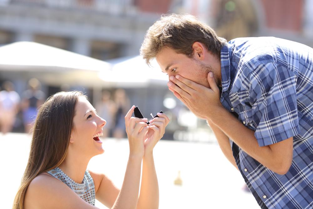 Frau macht Mann einen Verlobungsantrag