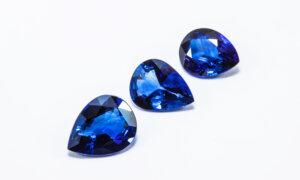 Drei blaue Saphire auf weißem Hintergrund