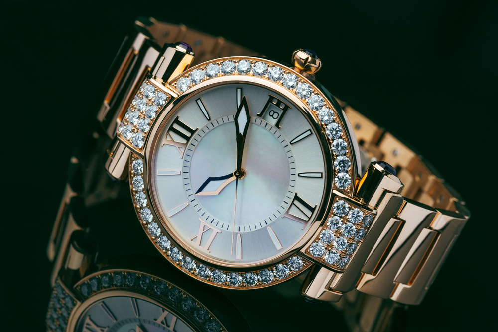 Goldene Uhr mit Diamanten